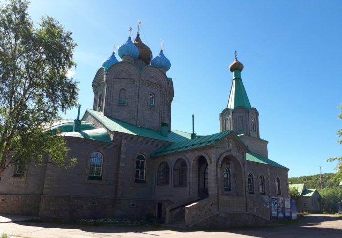 Svyato-Nikolskiy-kafedralnyy-sobor-700x487