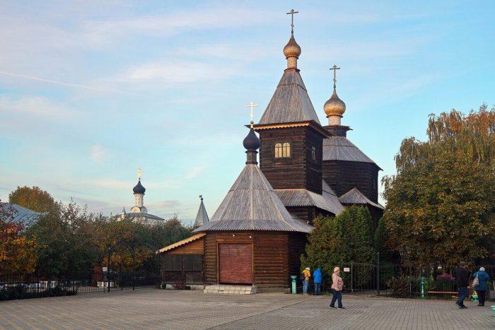 TSerkov-Sergiya-Radonezhskogo-v-Troitskom-monastyre-700x467