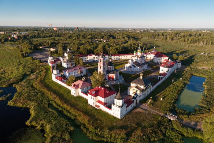 Troitse-Sergiev-Varnitskiy-monastyr-700x467