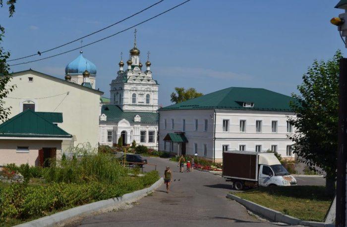 Troitskiy-zhenskiy-monastyr-700x459