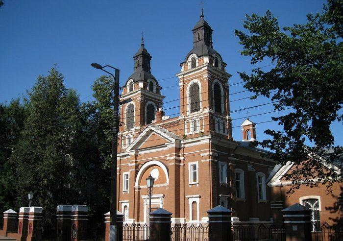 Aleksandrovskiy-kostyol-700x492