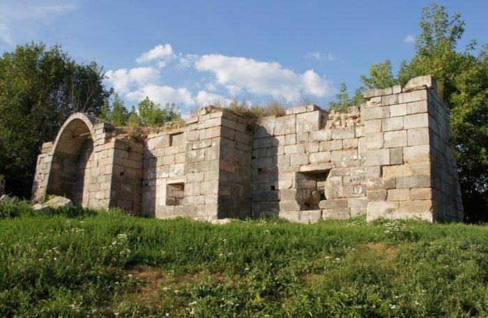 Fragment-steny-i-fundamenta-Serpuhovskogo-kremlya-700x456
