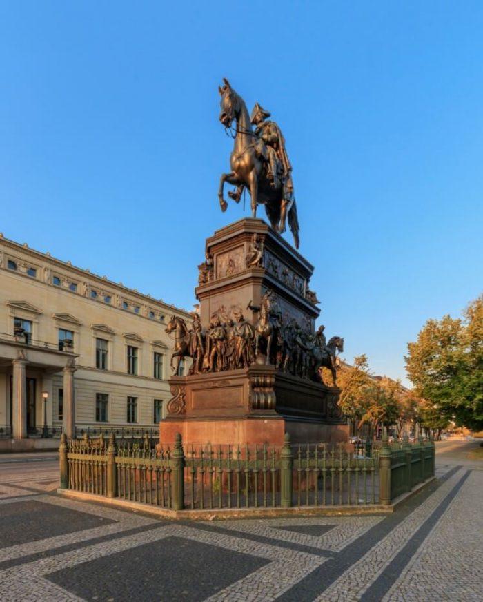 Konnaya-statuya-Fridriha-Velikogo-700x872
