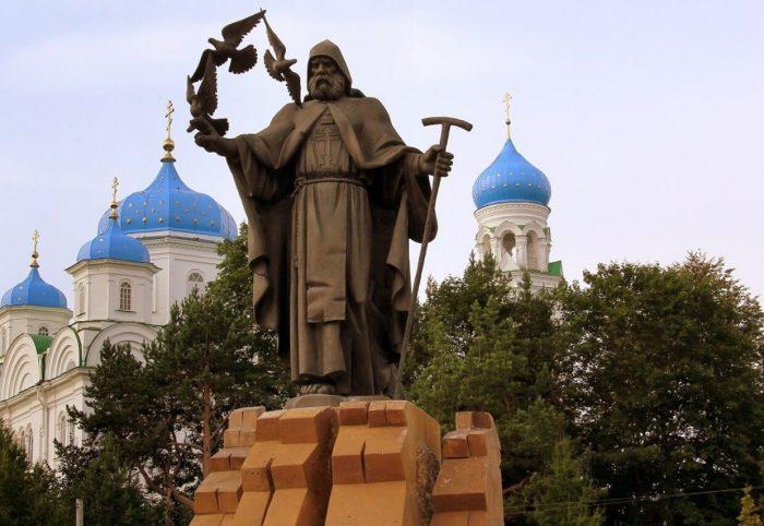 Pamyatnik-Efremu-Novotorzhskomu-700x482