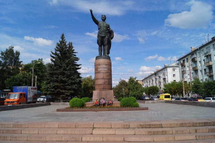 Pamyatnik-S.-M.-Kirovu-700x465
