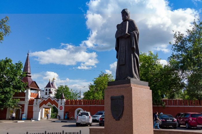 Pamyatnik-Varlaamu-Serpuhovskomu-700x466