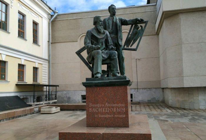 Pamyatnik-Vasnetsovym-700x478