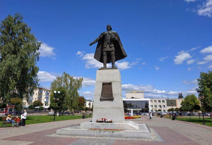 Pamyatnik-Vladimiru-Hrabromu-700x478