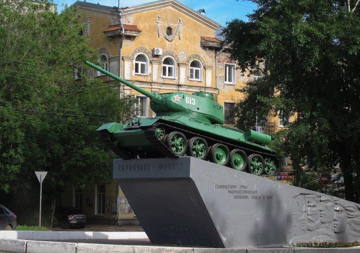 Pamyatnik-geroicheskomu-trudu-Kirovchane-frontu-700x492