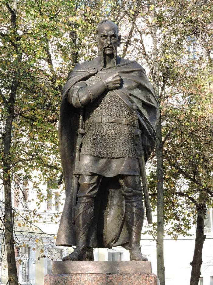 Pamyatnik-knyazyu-Svyatoslavu-700x933
