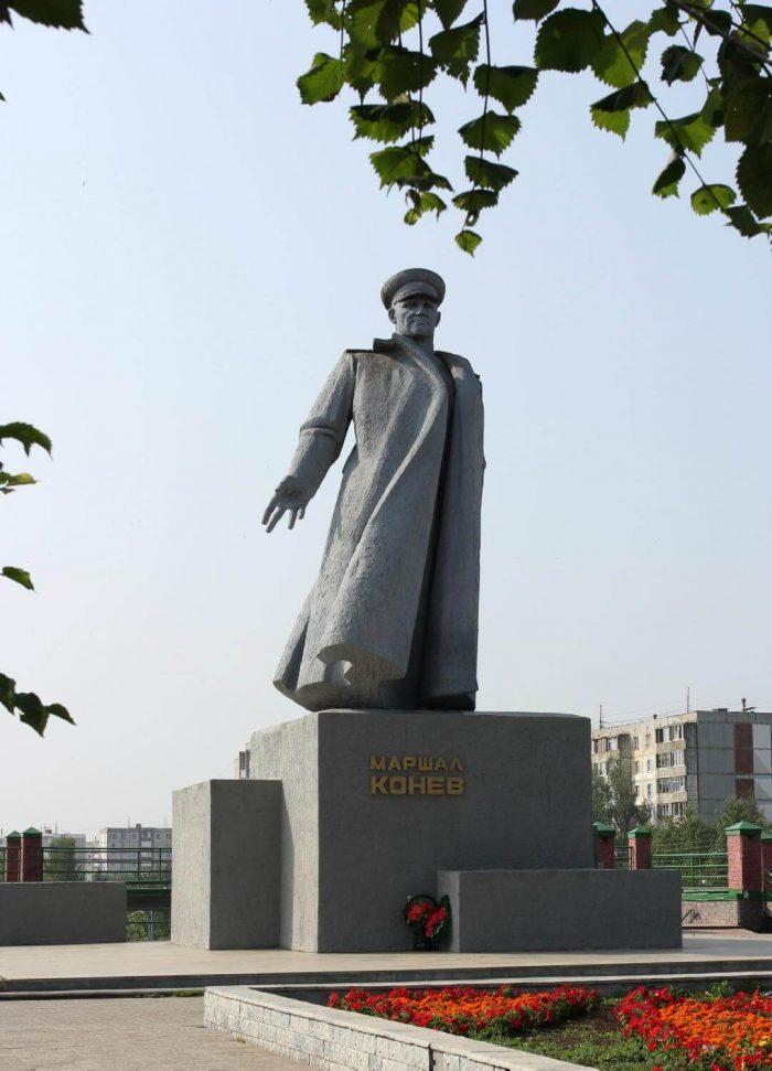 Pamyatnik-marshalu-I.-S.-Konevu-700x971