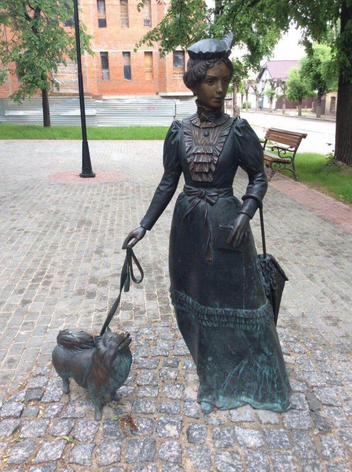 Skulptura-Dama-s-sobachkoy-700x937