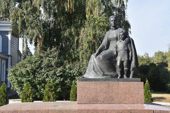 Skulpturnaya-kompozitsiya-M.-A.-Ulyanova-s-synom-Volodey-700x467