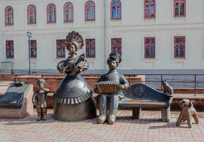 Skulpturnaya-kompozitsiya-Semya-700x490