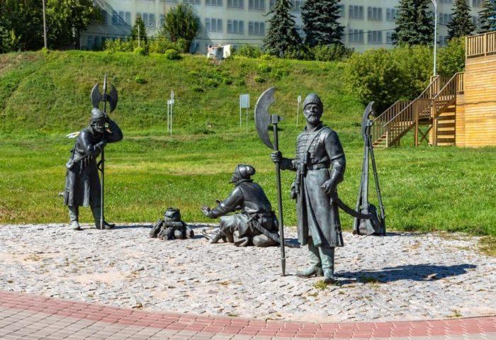 Skulpturnaya-kompozitsiya-Streltsy-700x480