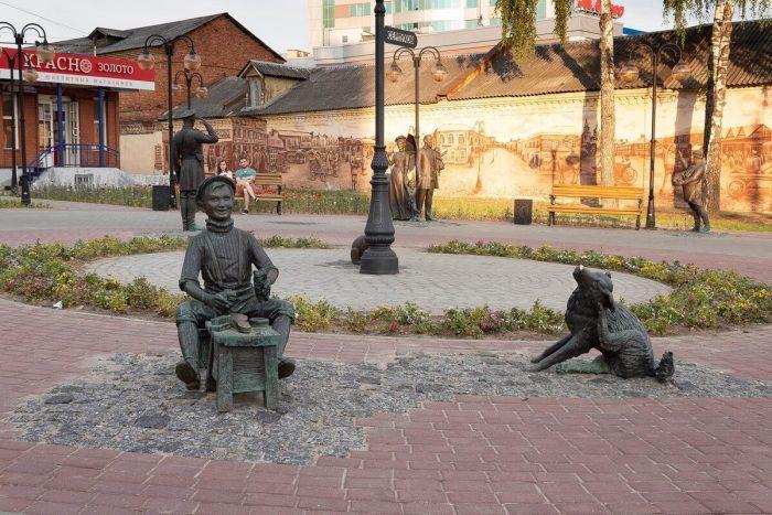 Skulpturnaya-kompozitsiya-YArmarka-700x467