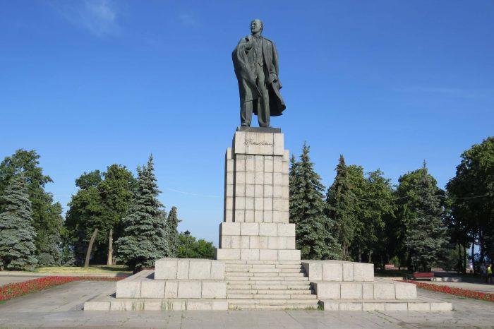 Sovetskaya-ploschad-i-pamyatnik-V.-I.-Leninu-700x466