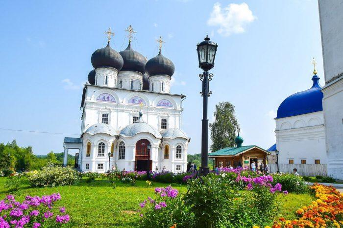 Uspenskiy-Trifonov-monastyr-700x467