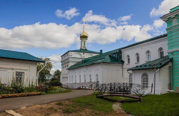 Vyatskiy-Preobrazhenskiy-monastyr-700x456