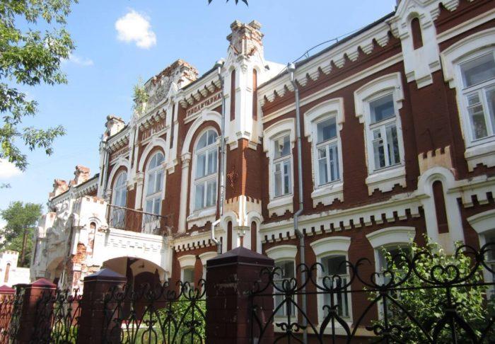 Zdanie-Vyatskoy-gumanitarnoy-gimnazii-700x486