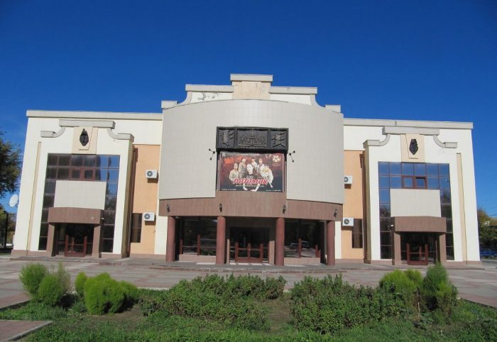 Dramaticheskiy-teatr-imeni-Baatra-Basangova-700x482