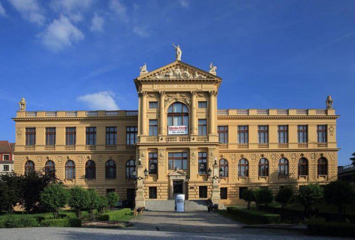 Gorodskoy-istoricheskiy-muzey-Pragi-700x474