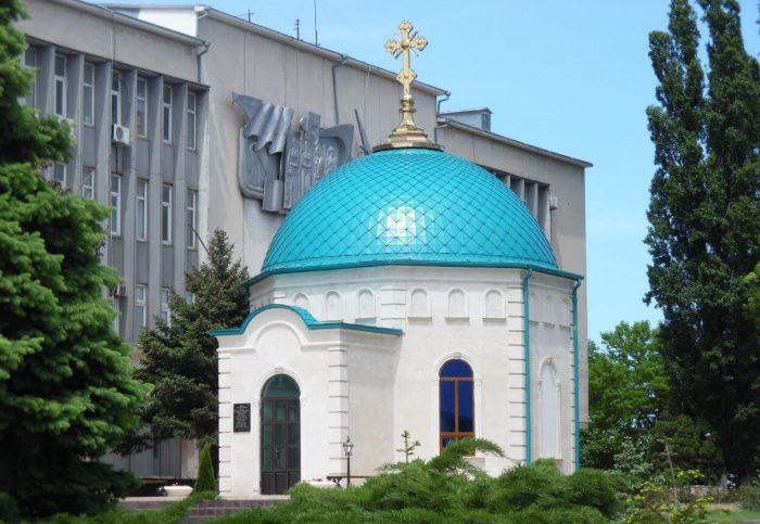 Hram-Knyazya-Vladimira-700x483