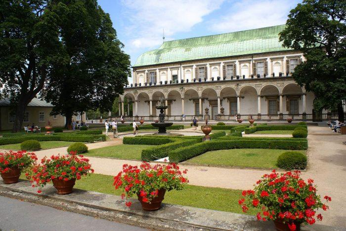 Korolevskiy-sad-i-letniy-dvorets-Anny-700x468