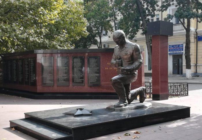 Memorial-pogibshim-pri-ispolnenii-sluzhebnogo-dolga-sotrudnikam-MVD--700x487