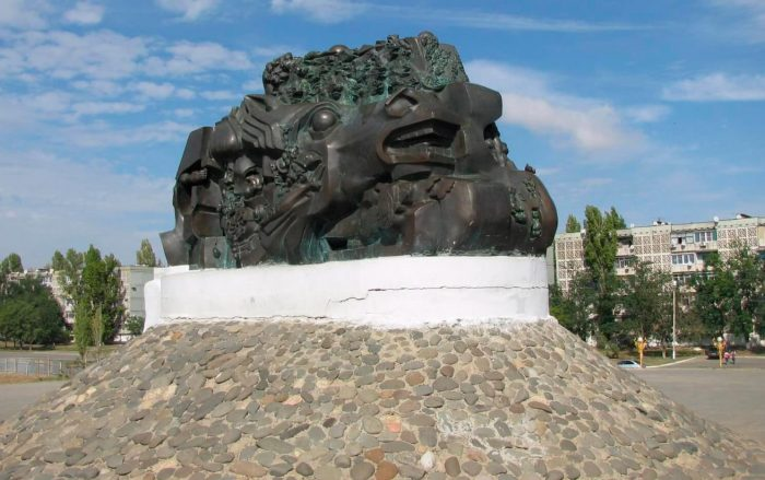 Memorialnyy-kompleks-Ishod-i-vozvraschenie-700x439