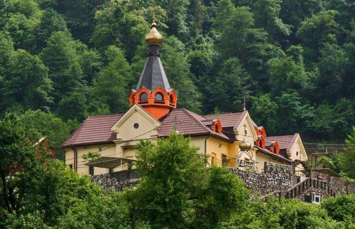 Muzhskoy-monastyr-Svyato-Krestovaya-pustyn-700x452