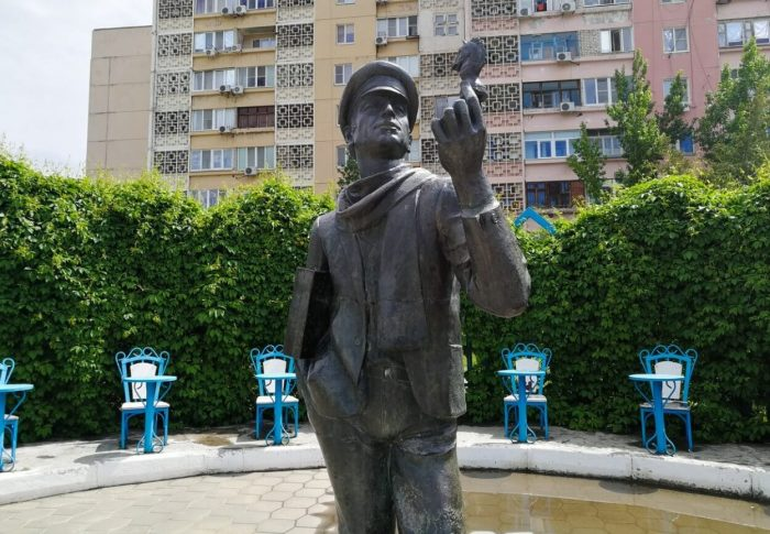 Pamyatnik-Ostap-Bender-i-12-stulev-700x485