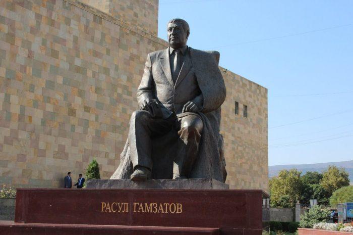 Pamyatnik-Rasulu-Gamzatovu-700x465