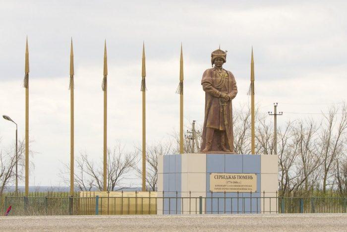 Pamyatnik-Serbedzhabu-Tyumenyu-700x468
