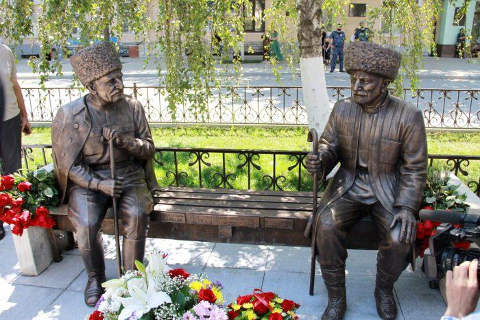 Pamyatnik-Suleymanu-Stalskomu-i-Abutalibu-Gafurovu-700x467