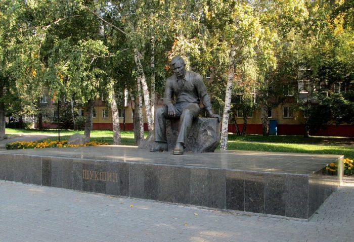 Pamyatnik-V.-M.-SHukshinu-700x479
