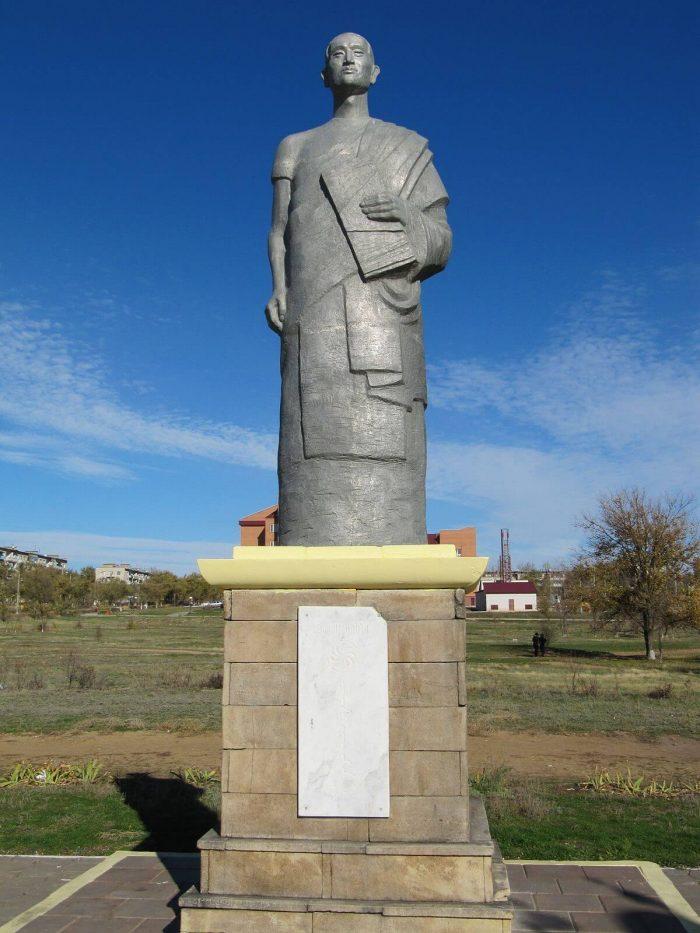 Pamyatnik-Zaya-Pandite-700x933