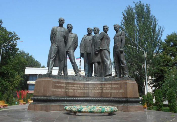 Pamyatnik-bortsam-za-Sovetskuyu-vlast-v-Dagestane-700x484