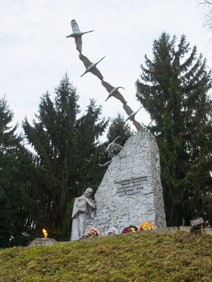 Pamyatnik-bratyam-Gazdanovym-700x933