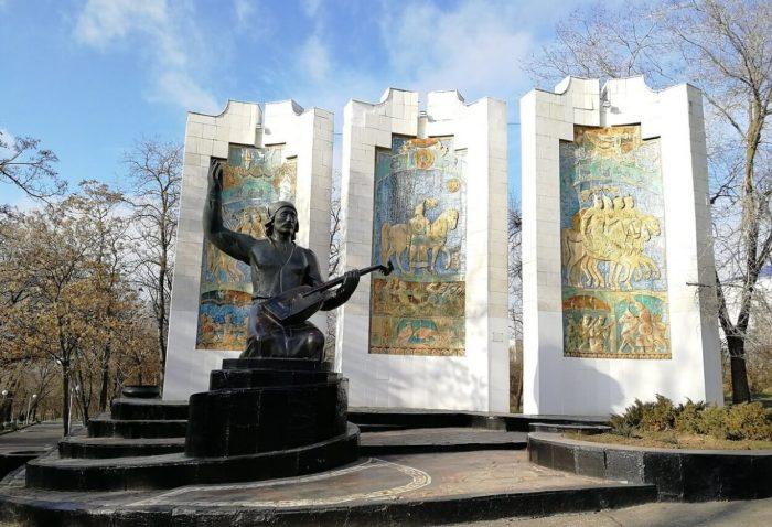 Pamyatnik-dzhangarchi-Eelyan-Ovla-700x478