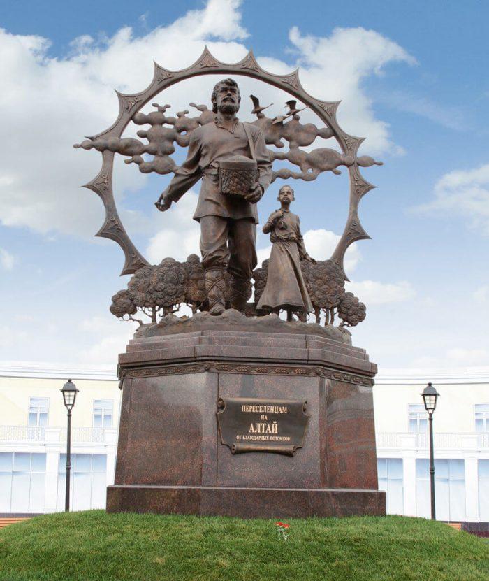 Pamyatnik-pereselentsam-na-Altay-700x831