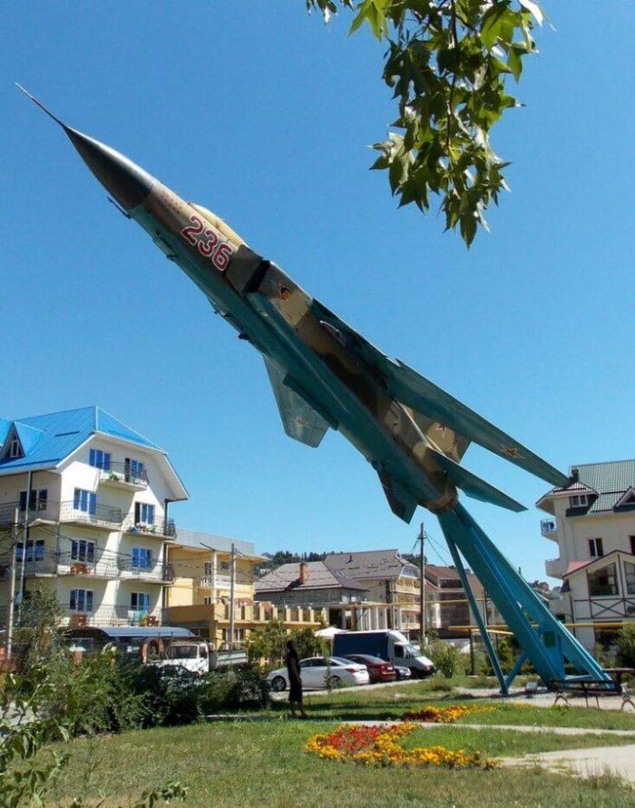 Samolet-pamyatnik-MiG-23-700x890