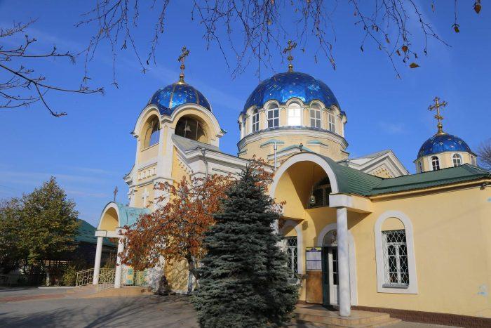 Svyato-Uspenskiy-sobor-700x467