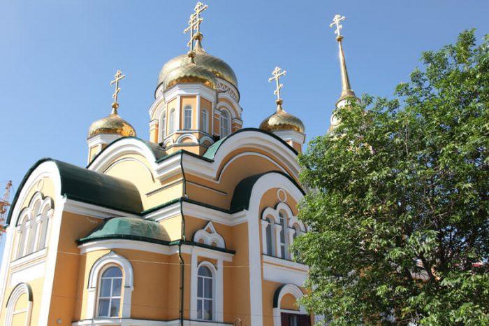 TSerkov-Vseh-Svyatyh-v-Zemle-Rossiyskoy-Prosiyavshih-700x466