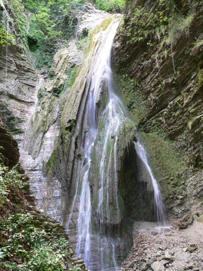 Vodopady-v-uschele-Nadzhigo-700x933