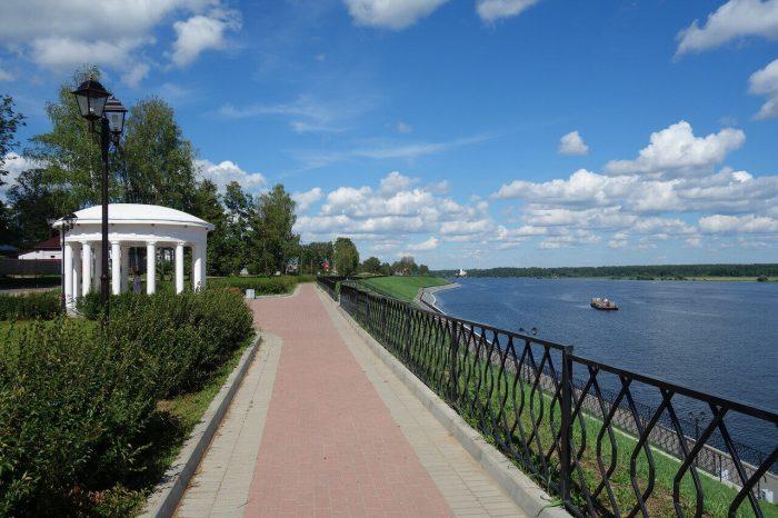 Gorodskaya-naberezhnaya-i-reka-Volga-700x466