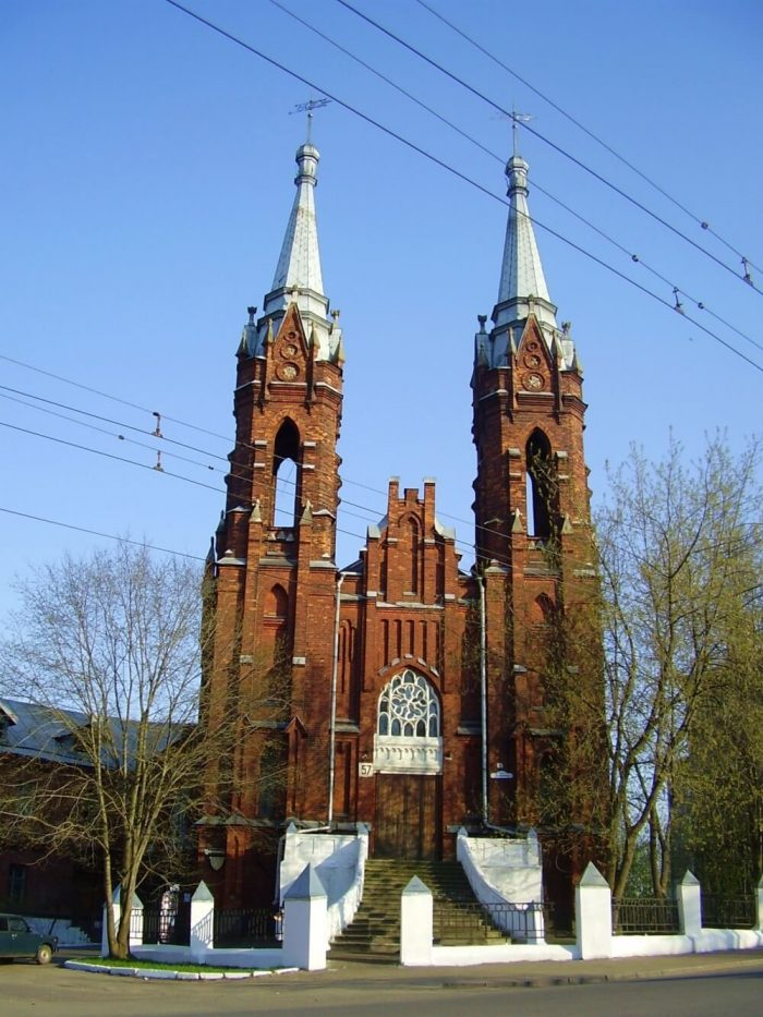 Kostyol-Svyateyshego-Serdtsa-Iisusa-700x933