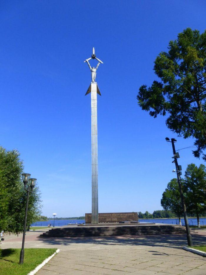 Memorialnyy-kompleks-Ogon-slavy-700x933