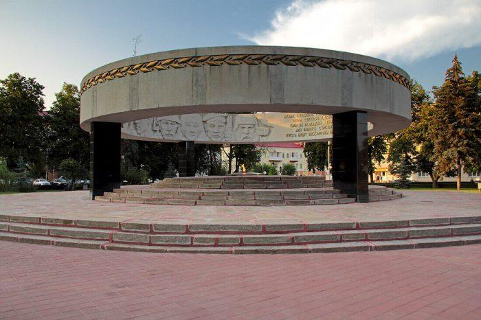 Memorialnyy-kompleks-Vechnyy-ogon-700x466