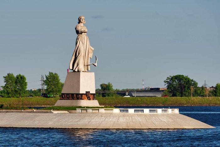 Monument-Mat-Volga-700x467